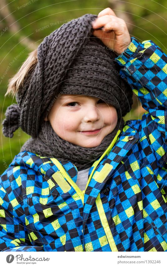 Papas Schal maskulin Kind Junge Kindheit Gesicht 1 Mensch 3-8 Jahre Herbst Jacke Accessoire kurzhaarig gebrauchen festhalten Lächeln Blick stehen Coolness