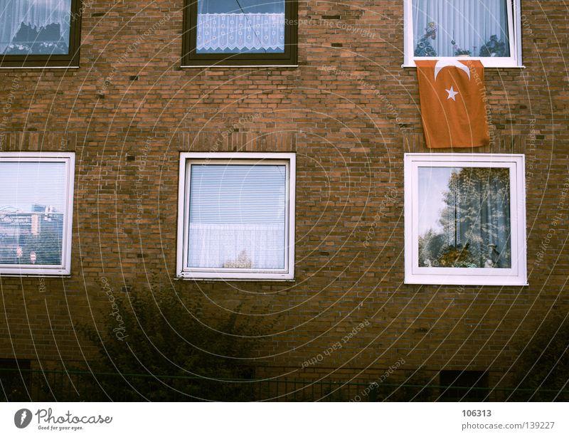 TÜRKEI weiß rot Einsamkeit Haus Fenster Wand Leben oben offen gehen Wohnung Wind Schilder & Markierungen hoch authentisch Häusliches Leben