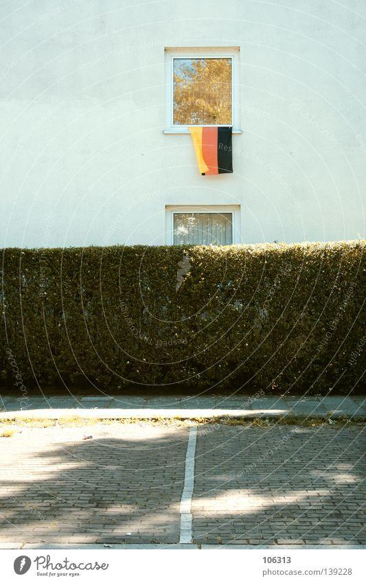 DEUTSCHLAND Deutsche Flagge Deutschland Haus Fenster Fahne rot weiß Wand Symbole & Metaphern hängen Sympathie Hecke Parkplatz Wohnung Einsamkeit einzeln schwarz