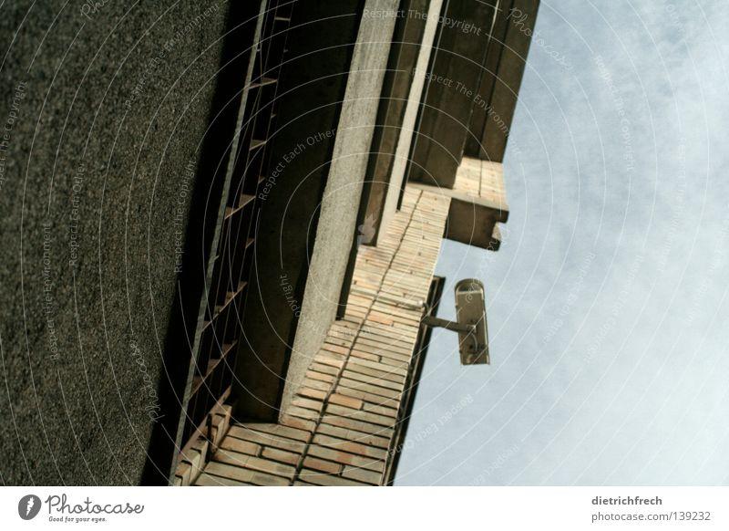 Hände hoch! Himmel blau Haus Straße grau Mauer Angst gefährlich bedrohlich Sportveranstaltung Respekt Panik Konkurrenz Überwachung