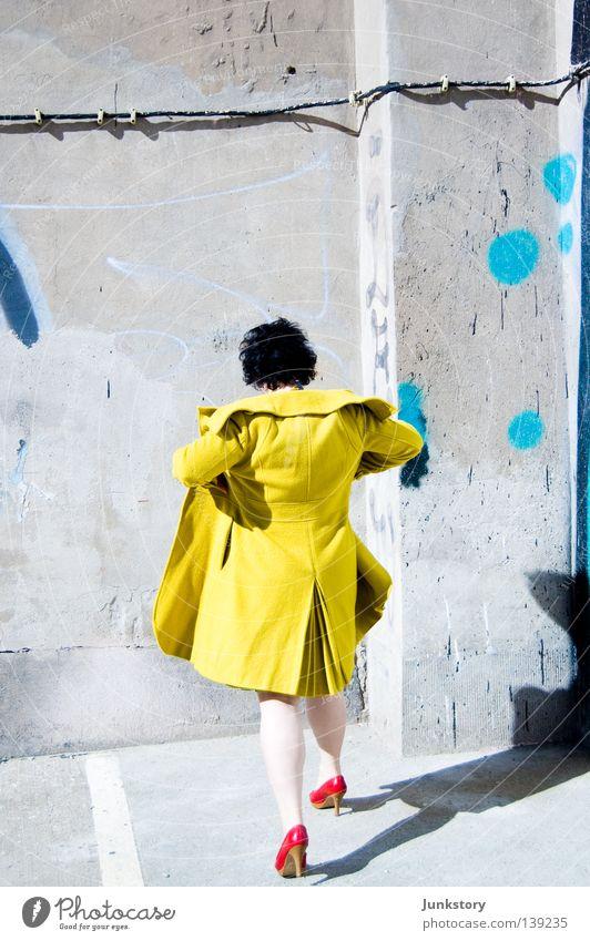 OFF THE WALL Frau grün blau rot Ferien & Urlaub & Reisen schwarz gelb Wand Stil Stein Mauer gehen laufen Beton Bekleidung