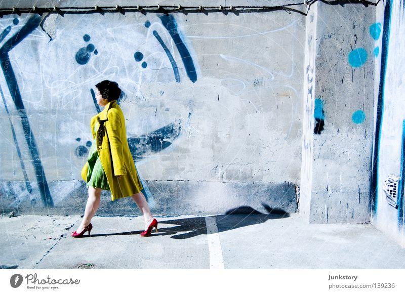 WALK ON... Frau grün blau rot Ferien & Urlaub & Reisen schwarz gelb Wand Stil Stein Mauer gehen laufen Beton Bekleidung