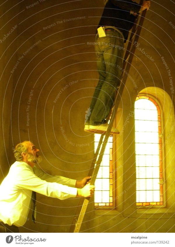 Hoch hinaus Südafrika Mensch gelb Stimmung Licht weiß Fenster Gotteshäuser Konzentration Farbe Religion & Glaube Church Leiter Ladder Dad Sonne Wärme