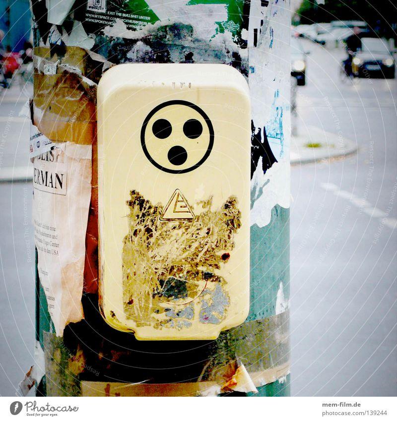 hilfe grün Stadt rot gelb oben PKW hoch gefährlich Hilfsbereitschaft bedrohlich Etikett Ampel Fußgänger Mischung Hund Behinderte