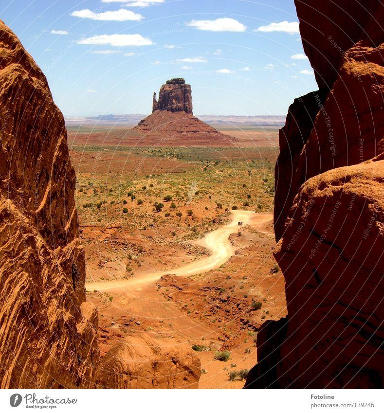 Landschaftsaufnahme des Monument Valley Wolken weiß braun Pflanze Einsamkeit Amerika USA Mountain Berge u. Gebirge Wege & Pfade Wüste Stein Himmel blau Schatten