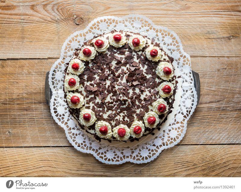 Schwarzwälder Kirschtorte auf rustikal Holz Kochen & Garen & Backen süß Kuchen Dessert Backwaren Sahne Holztisch Torte Kirsche Landhaus Sahnetorte