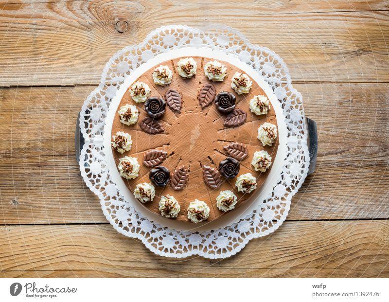 Schokosahnetorte auf rustikal Holz mit Tortenspitze Kuchen Dessert Schokolade süß Schokoladen-Sahne-Torte Schaumgebäck Backwaren Biskuit Holztisch Landhaus