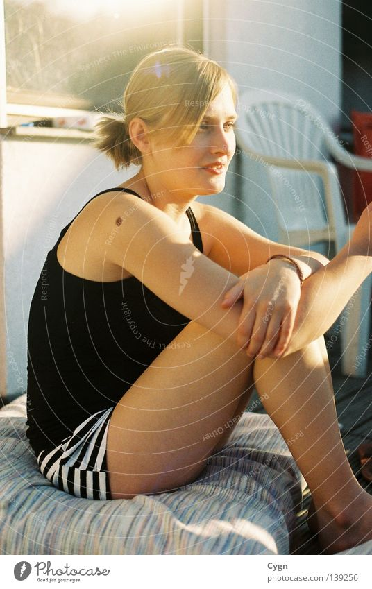 Ein Sonnenkind blond Sommer Plastikstuhl Leberfleck Physik Balkon Erholung Jugendliche Mia Graffiti Aufgewacht Out of the Bed Fußknöchel Wärme Außenaufnahme