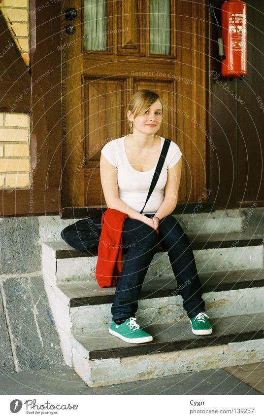 Holt mich ab ich warte ! Jugendliche Sommer Erholung Wärme Tür blond warten Treppe Hochhaus Physik Balkon Treppenhaus Leberfleck Brandschutz Feuerlöscher