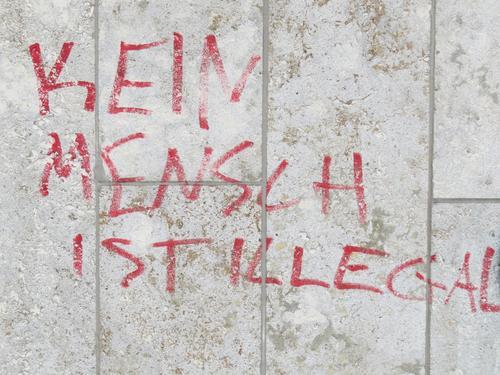 KEIN MENSCH IST ILLEGAL Mensch Stadt weiß rot Wand Graffiti Gefühle Mauer Freiheit braun Stimmung Fassade Schriftzeichen Kommunizieren Wandel & Veränderung