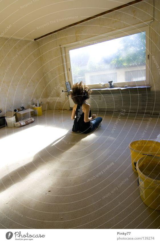 Die Wohnung des Herrn G. Frau alt Einsamkeit Arbeit & Erwerbstätigkeit Fenster Haare & Frisuren leer stehen Baustelle verfallen Renovieren Haushalt Schrecken