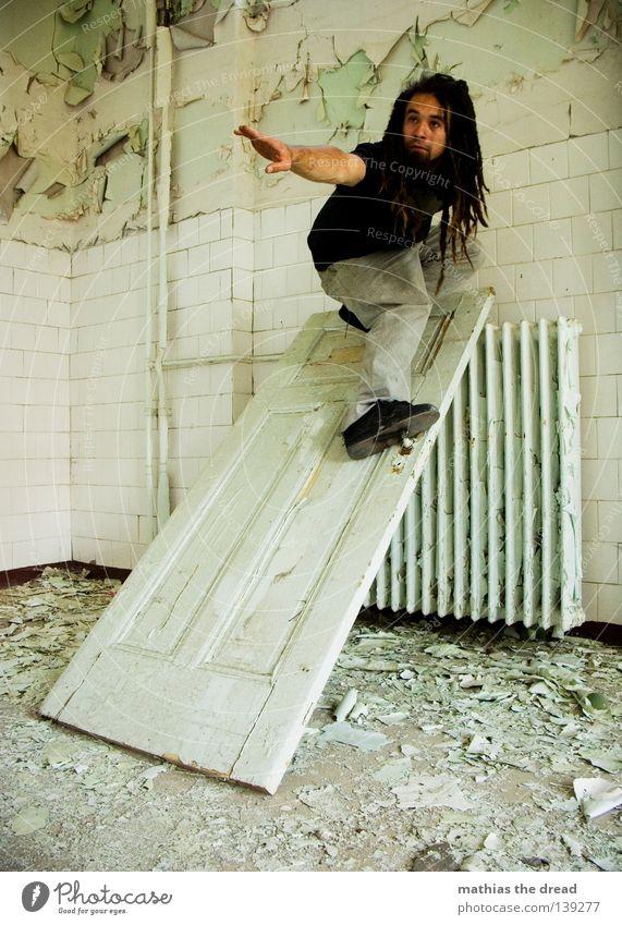 TÜR SURFING Griff aufmachen schließen Heizkörper kalt Raum Putz Bauschutt verfallen leer Fenster Keramik Waschhaus Wohnzimmer Waschsalon Seife Sauberkeit