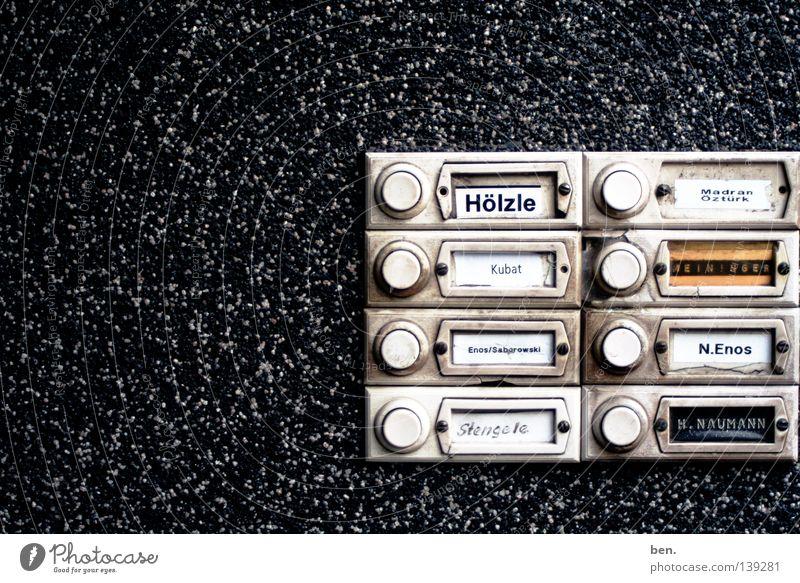 Klingel Namensschild Eingang aufmachen drücken eintreten Beschriftung Knöpfe Kommunizieren Häusliches Leben offen Klingelbrett Läuten Eingangstür