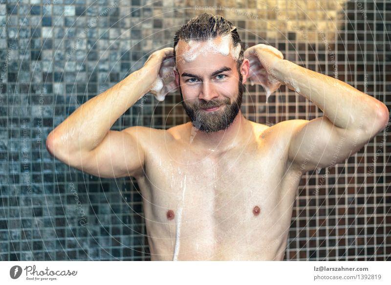 Bärtiger Mann, der sein Haar wäscht Lifestyle Körperpflege Haut Gesundheitswesen Behandlung Bad Erwachsene Vollbart Behaarung Lächeln Freundlichkeit nackt