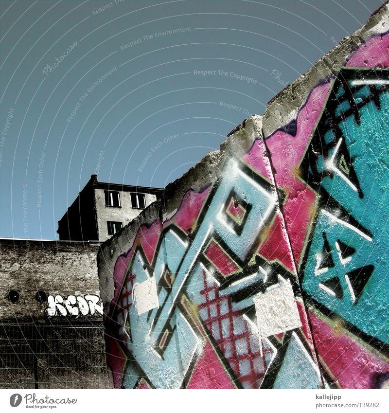 wandbewohner Haus Wand Mauer Fenster Mieter mehrfarbig rosa magenta zyan Stadt Hinterhof Graffiti Himmel kallejipp