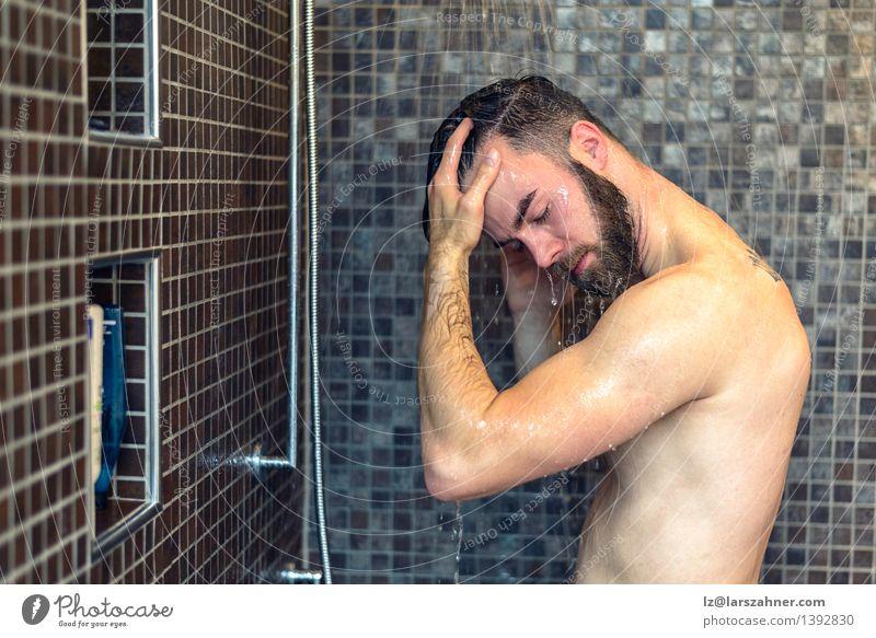 Junger bärtiger Mann, der sein Haar wäscht nackt Erwachsene Gesundheitswesen Behaarung Textfreiraum Sauberkeit Bad Körperpflege Fliesen u. Kacheln