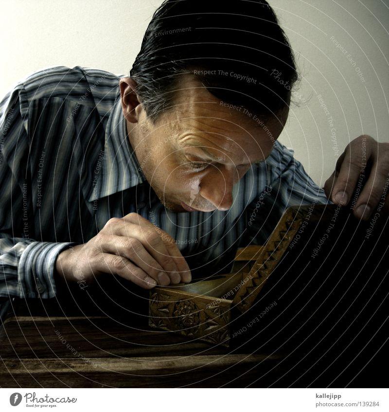 europameister? 1 Mensch einzeln Erwachsener Mann mittleren Alters 30-45 Jahre Neugier Schatz Schatztruhe aufmachen Überraschung Kaukasier Ein Mann allein