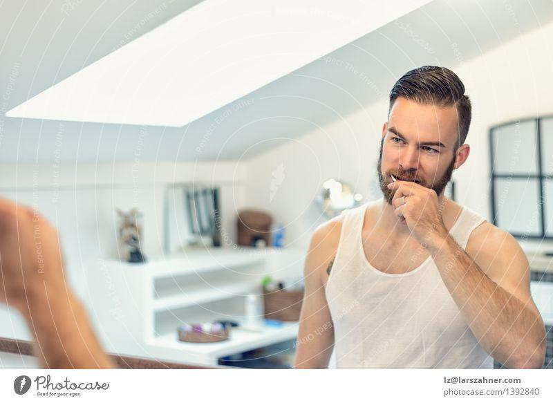 Bärtiger Mann, der seine Zähne putzt Gesicht Gesundheitswesen Spiegel Bad Erwachsene Vollbart Zahnbürste modern Sauberkeit bürstend Pflege Karies Reinigen