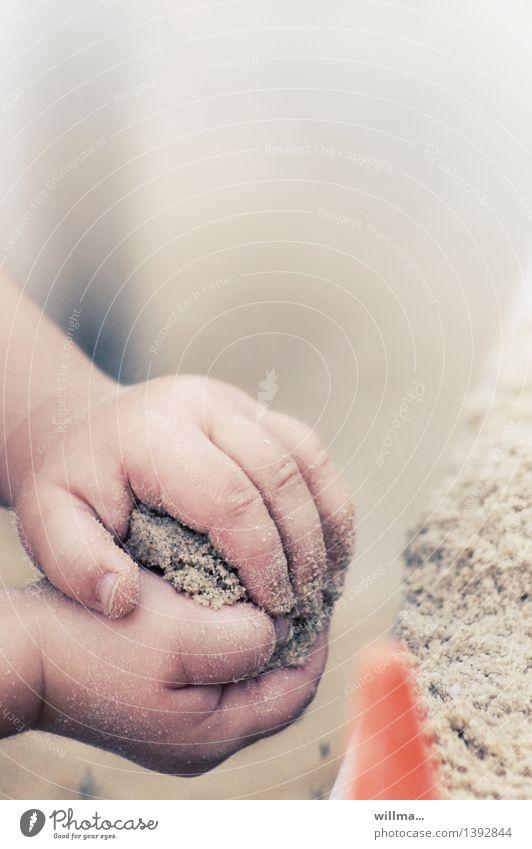 jetz gips klöße! Kind Kleinkind Hand Finger Kinderhand Sand niedlich Sandburg Sandkuchen Sandkasten Spielen Spielplatz fleißig Kindererziehung Kreativität