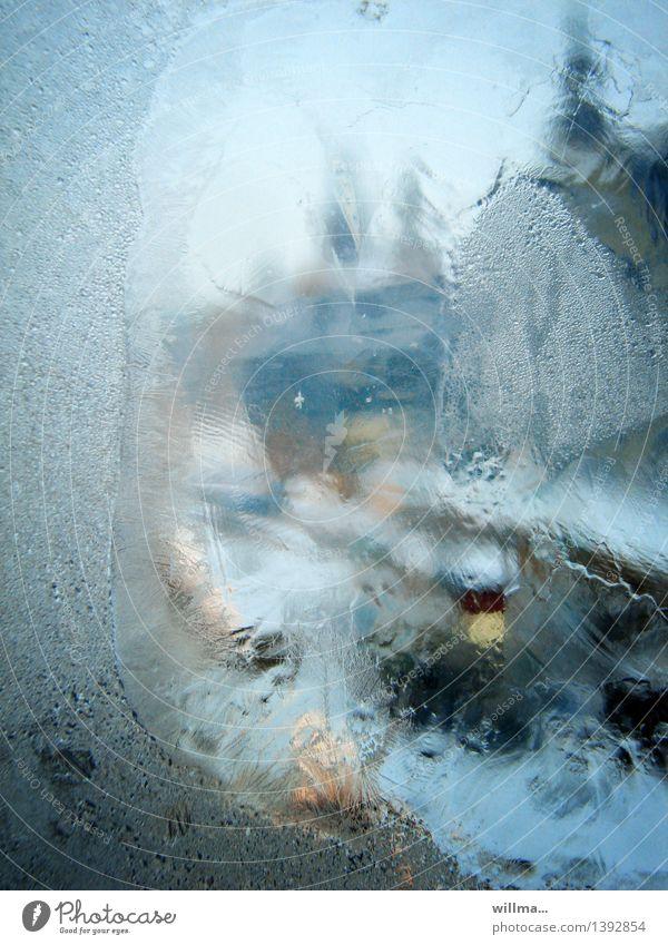 Blick durch ein vereistes Fenster im Winter Eis Frost kalt blau gefroren Fensterscheibe Unschärfe hell-blau Farbfoto Außenaufnahme Menschenleer