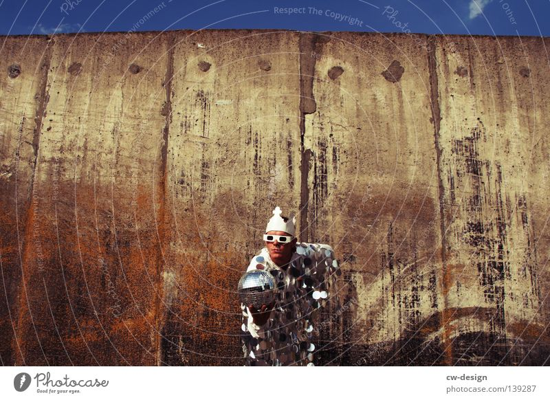 EM-POKAL?! Mensch Himmel Mann blau Hand weiß Sommer Freude Wand grau springen Party Stil Mauer lustig Horizont