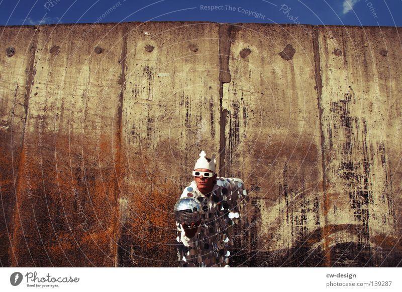 EM-POKAL?! weiß Anzug Brille Wand grau trist Unsinn lustig springen hüpfen Schweben Horizont Mann maskulin Unschärfe Hand Hinweis Richtung Silo Stil Pailletten