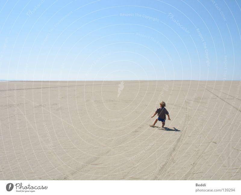 Vor dem Horizont Strand Rømø Kind Meer Sommer Freiheit Sand Wüste Himmel Ferne Einsamkeit