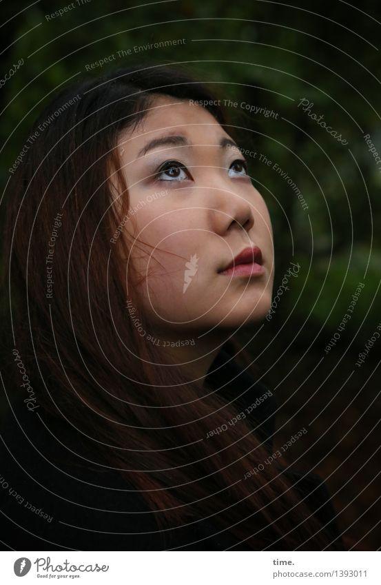 . feminin 1 Mensch Park schwarzhaarig rothaarig langhaarig beobachten Denken Blick warten schön Gefühle Stimmung Vertrauen Geborgenheit achtsam Wachsamkeit