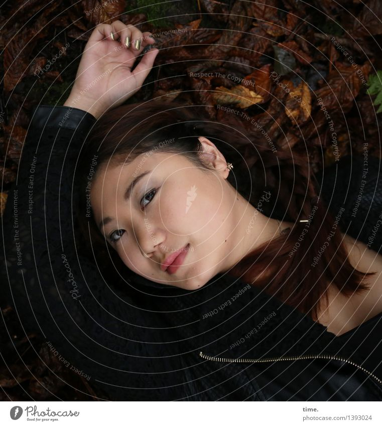 . feminin 1 Mensch Herbst Laubwald Jacke Schmuck schwarzhaarig langhaarig beobachten Lächeln liegen Blick schön Gefühle Zufriedenheit Leidenschaft Akzeptanz