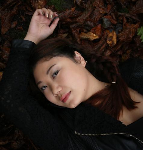 . Mensch schön Erholung Leben Herbst Gefühle feminin liegen träumen Zufriedenheit Lächeln beobachten Romantik Gelassenheit Vertrauen Leidenschaft