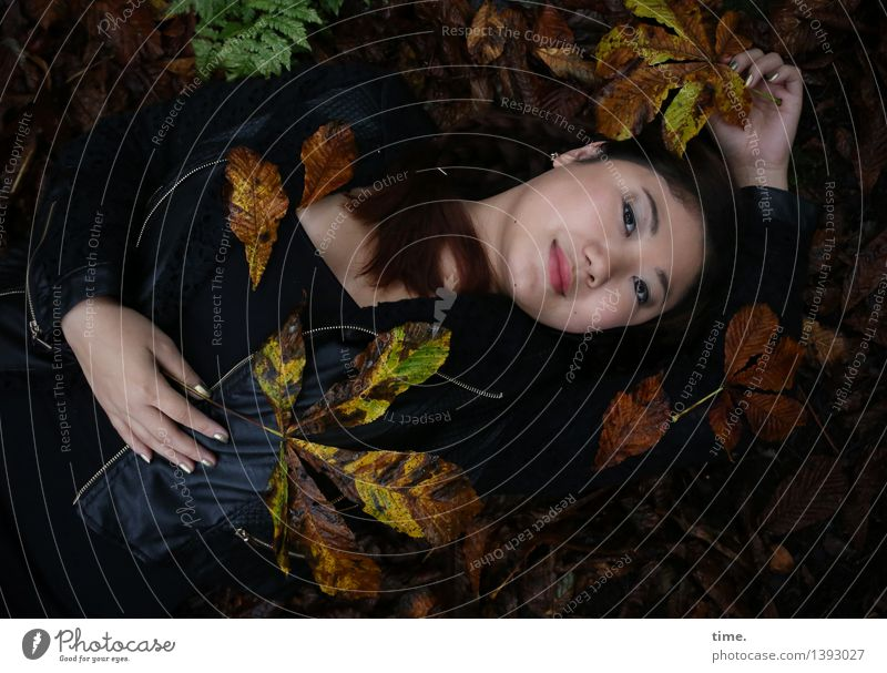 . feminin 1 Mensch Umwelt Natur Landschaft Herbst Herbstlaub Wald Jacke schwarzhaarig langhaarig beobachten Erholung genießen Lächeln liegen Blick warten schön