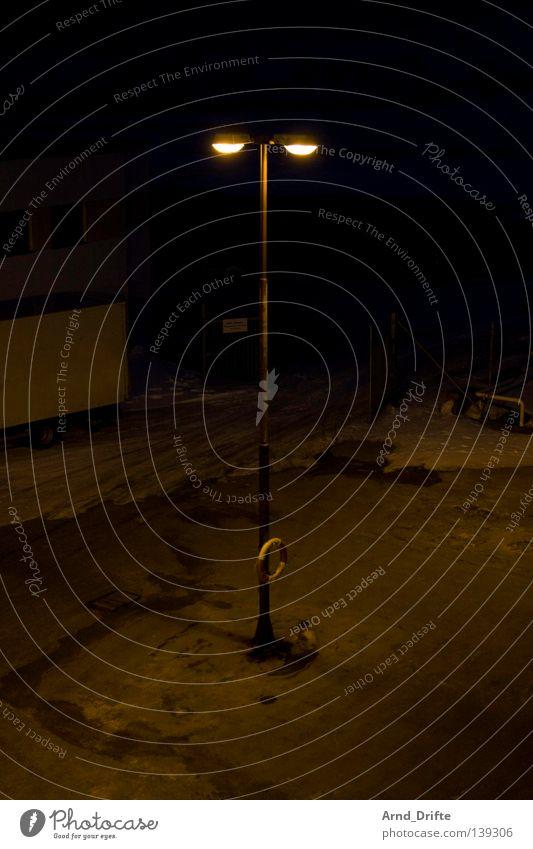 Lampe mit Rettungsring Norwegen dunkel Fähre Anlegestelle kalt Kreuzfahrt Kreuzfahrtschiff Licht Meer Mole Nacht Polarmeer Wasserfahrzeug See Wellen Wolken