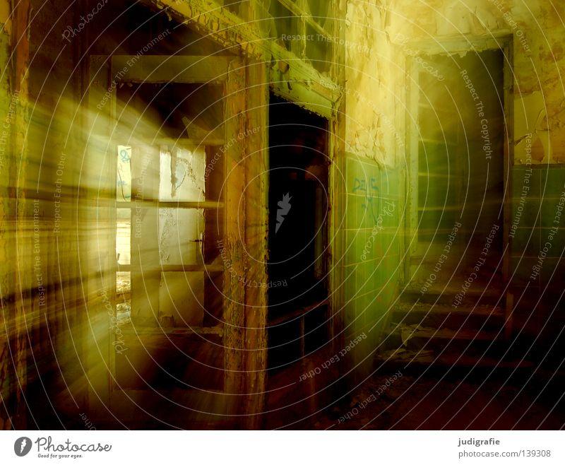 Heilstätte Haus Ruine Gebäude Treppe Fenster Tür alt Traurigkeit gruselig kaputt Einsamkeit Angst Farbe Eingang Flur Treppenhaus Putz möglich verfallen
