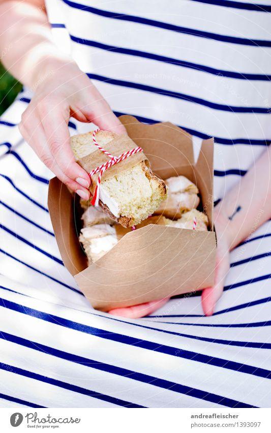 Brotzeit und das 200ste Foto. Yeah. Lebensmittel Ernährung Picknick Vegetarische Ernährung Lifestyle Ausflug Sommer Garten feminin Junge Frau Jugendliche Hand 1