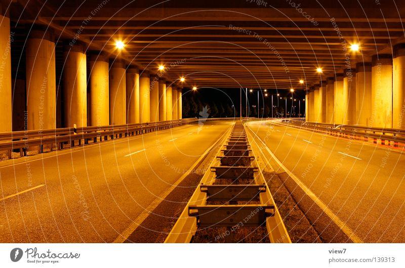 Straßenverlauf Nacht Beton Autobahn Schnellstraße Licht Lampe Straßenbeleuchtung Verkehr Leitplanke Richtung fahren abstützen Material Mittelstreifen dunkel
