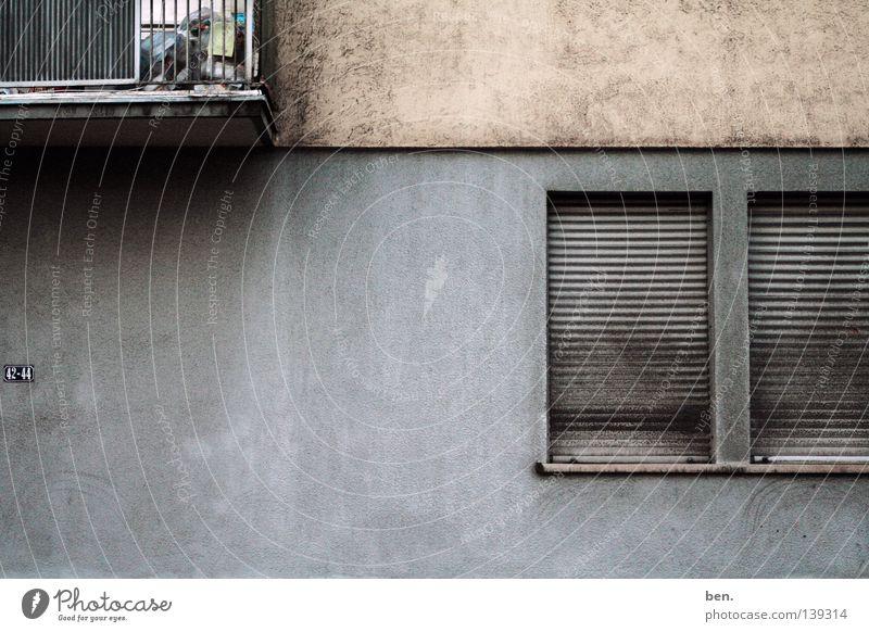 Nº42 - Nº44 Wand Haus Hausnummer Balkon Fenster Rollladen Putz Patina Architektur Ruß