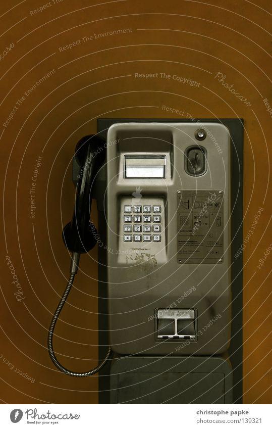 Münzfernsprecher Farbfoto Gedeckte Farben Innenaufnahme Nahaufnahme Menschenleer Telefon Technik & Technologie Telekommunikation Medien alt Kommunizieren kaputt