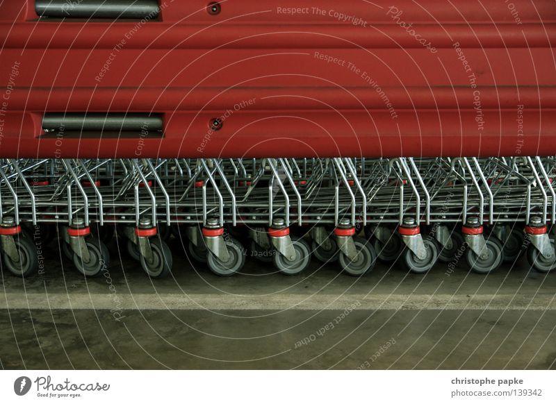 Einkaufswagen in Reihe einkaufsstätte Ladengeschäft Farbfoto Wagen Güterverkehr & Logistik Einkaufskorb Parkhaus Innenaufnahme Detailaufnahme Textfreiraum oben