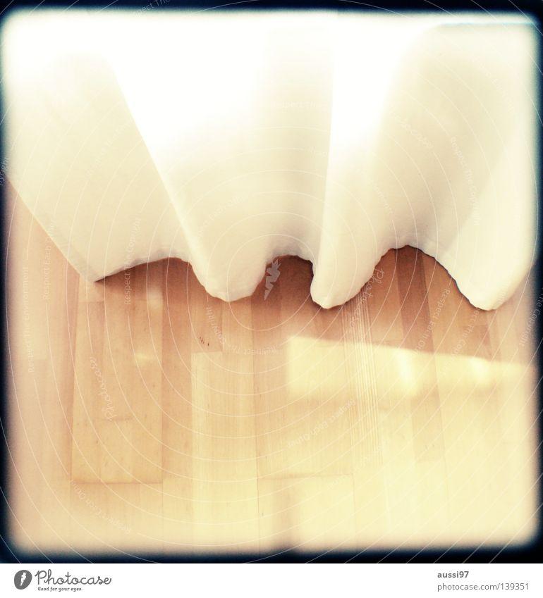 Sonne lacht, Blende 8. Unschärfe schemenhaft Raster Muster analog Sucher Tiefenschärfe Bett Bettwäsche schlafen Bettlaken Geschnarche Schlafzimmer Vorhang hell