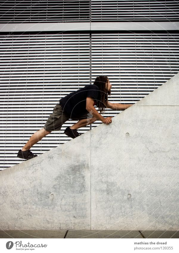 BLN 08 | AUFSTIEG Junger Mann Klettern Le Parkour Fassade Jalousie Beton Betonmauer Betonwand Betonbauweise Architektur aufwärts streben diagonal Schräger Vogel