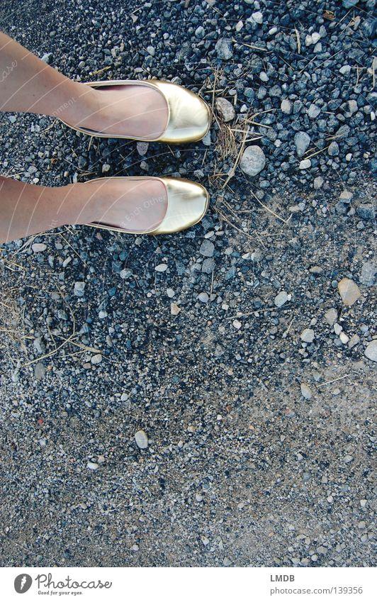 Cindarellas harter Weg zum Erfolg Aschenputtel Märchen Schuhe Vogelperspektive Zehenspitze Verabredung Asphalt gehen unwegsam Frau zierlich dünn verschwenden