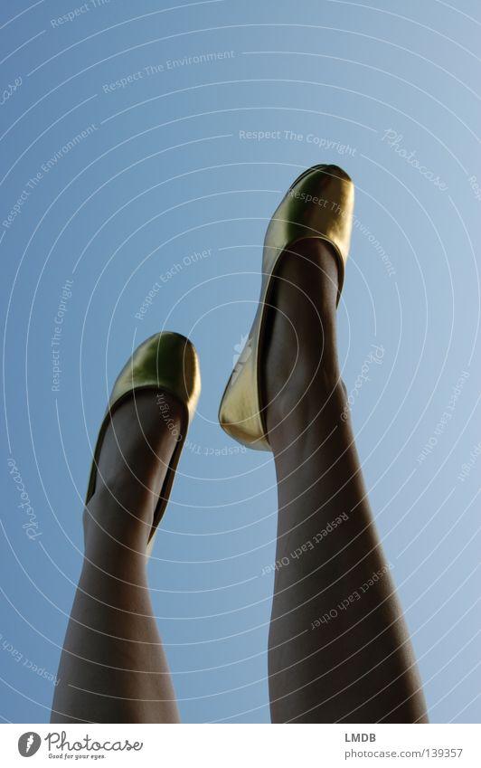 Die Engel tanzen am Himmel in goldenen Schuhn Frau schön träumen Fuß Schuhe Beine Tanzen gehen Gold laufen hoch Perspektive dünn Reichtum