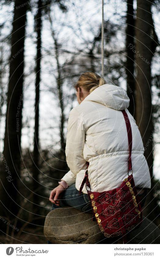 Auch wenn wir zweifeln an dem Gleichgewicht... Frau blond Jacke Tasche Wald Stein Denken Trauer Rücken Park Garten Einsamkeit Seil Kletterseil Schweben Schaukel