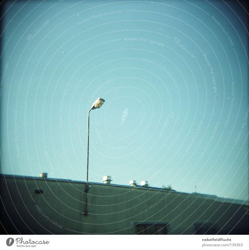 Licht alt Himmel grün blau Sommer Lampe Wand hell Beleuchtung Beton hoch retro trashig Langeweile Stab