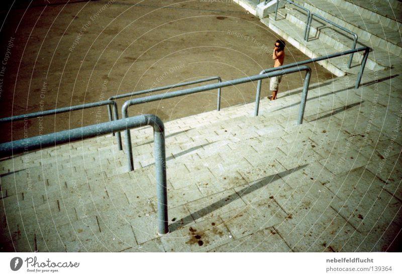 diagonal Mensch Mann alt Sommer Farbe Metall hell braun Beton Ecke retro leuchten Konzert Geländer trashig