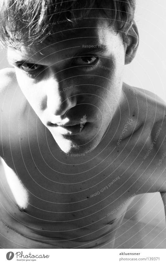 me unterwürfig schwarz weiß Licht nackt Mann boy Gesicht Schatten Brust