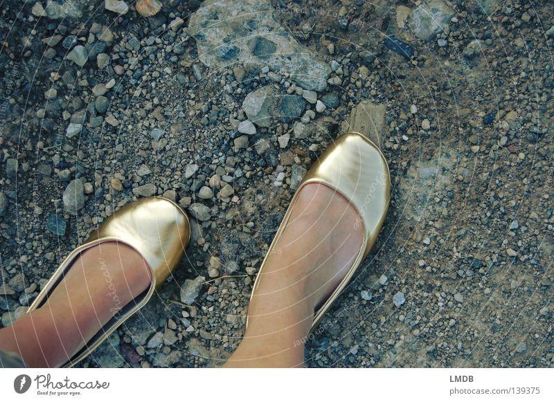 Cindarellas harter Weg zum Erfolg 2 Frau schön Ferien & Urlaub & Reisen Stein Wege & Pfade Fuß Schuhe Beine wandern gehen Gold Perspektive dünn Asphalt Reichtum