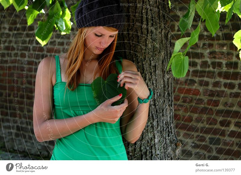 naturverliebt schön Gesicht Maniküre Nagellack Junge Frau Jugendliche Erwachsene Natur Baum Blatt Mauer Wand T-Shirt Mütze rothaarig langhaarig Stein Herz