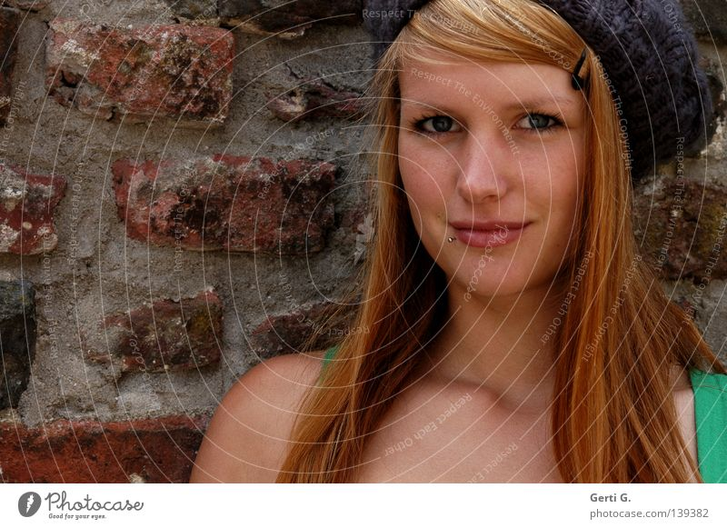 so cute ... Frau grün schön Gesicht kalt Wand Haare & Frisuren Stein lachen Mauer Haut Mütze Gesichtsausdruck Porträt Momentaufnahme langhaarig
