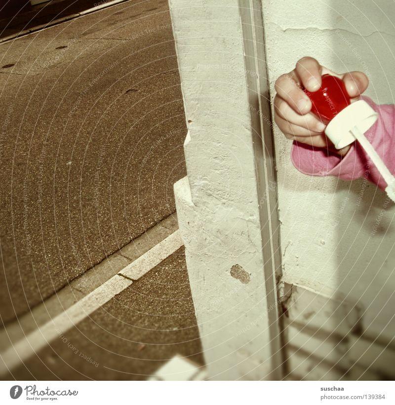 .. und ihre ursache Hand Finger Kind Spielen Hauseingang Bürgersteig Fahrbahn Gebäude Verkehrswege seifenblasenpustedings seifenblasenpusten Straße